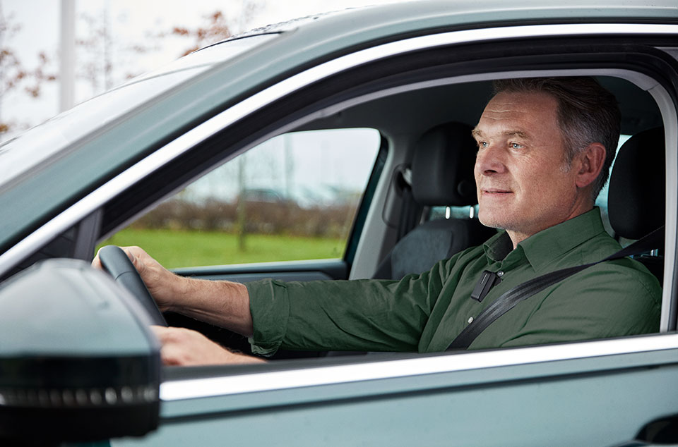 text-imagespot-man_in_car_looking_left_with_connectclip-960x634